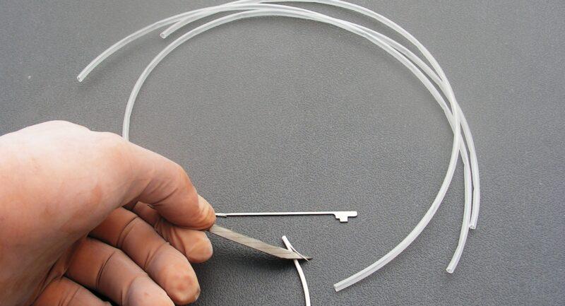 Kilesnit over 2 cm, i spidsen / enden af linen.